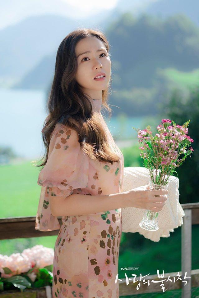 """Son Ye Jin quả xứng danh """"tình đầu quốc dân"""" khi gần 20 năm rồi vẫn giữ nguyên nụ cười rạng rỡ và ánh mắt trong veo."""