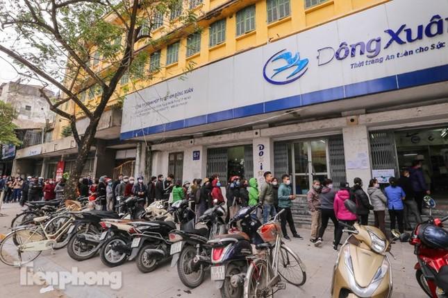 Khan hàng khẩu trang, dân Hà Nội lại xếp hàng dài mua như thời bao cấp ảnh 1