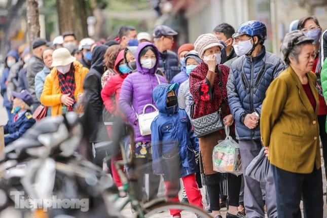 Khan hàng khẩu trang, dân Hà Nội lại xếp hàng dài mua như thời bao cấp ảnh 3
