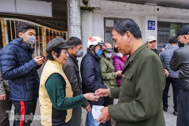Khan hàng khẩu trang, dân Hà Nội lại xếp hàng dài mua như thời bao cấp ảnh 6