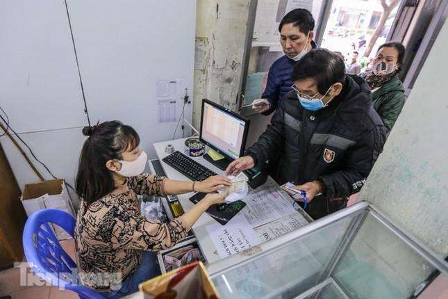 Khan hàng khẩu trang, dân Hà Nội lại xếp hàng dài mua như thời bao cấp ảnh 9