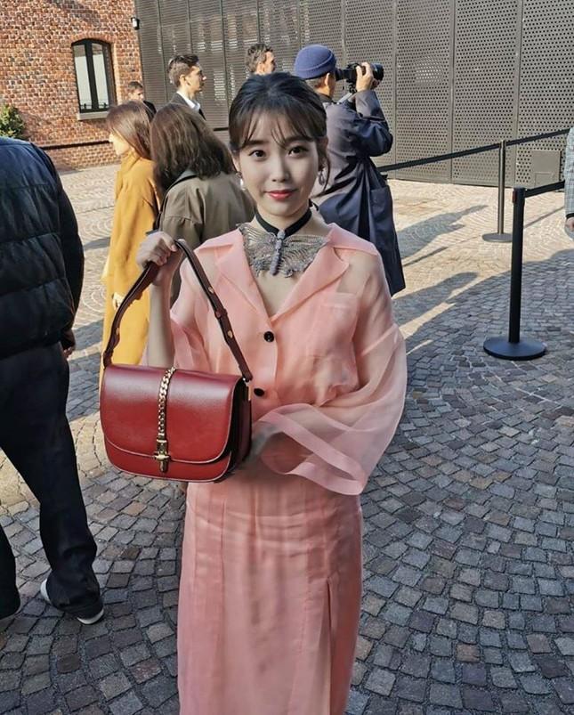 Hiếm hoi lắm mới tham dự show thời trang thì IU lại bị dìm hàng nhan sắc ảnh 4
