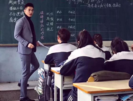 Thầy giáo 1m81 với gương mặt điển trai như tài tử khiến nữ sinh ngày nào cũng muốn đi học ảnh 1
