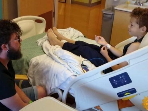 Thầy Lanning chăm sóc Damien trong bệnh viện.