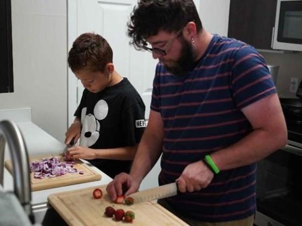 Hai bố con thầy Lanning rất thích nấu ăn cùng nhau.