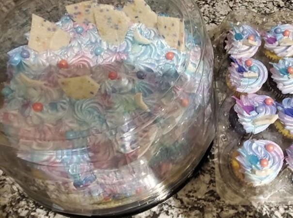 Những chiếc bánh mà một người xa lạ đã mua tặng cho em nhỏ tình cờ gặp trong cửa hàng.