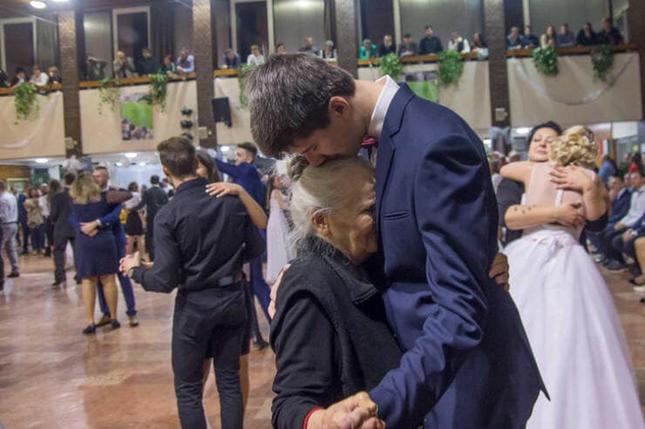 Nam sinh mời người bà 85 tuổi đến dự đêm prom và lí do gây xúc động ảnh 1