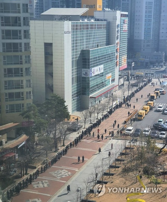 Người Hàn ồ ạt mua khẩu trang, siêu thị cháy hàng trong tâm dịch ảnh 9