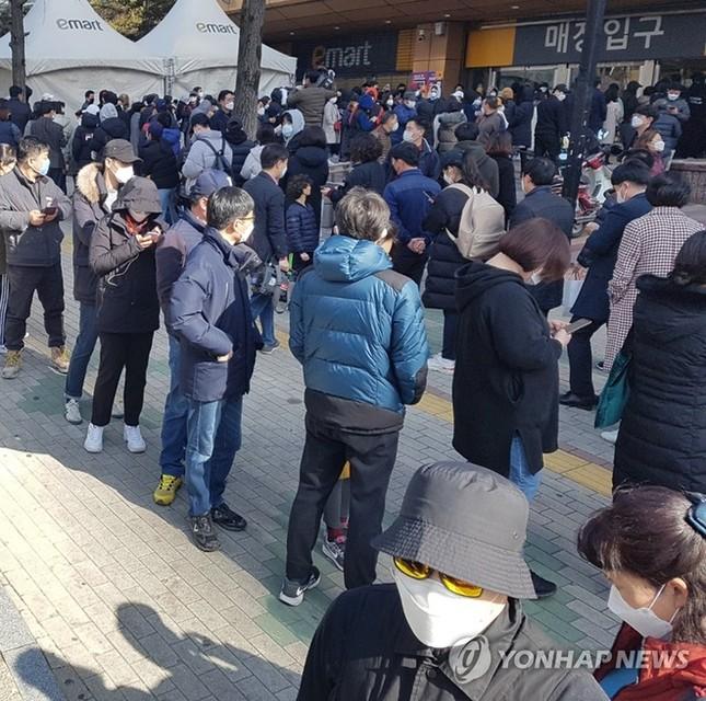 Người Hàn ồ ạt mua khẩu trang, siêu thị cháy hàng trong tâm dịch ảnh 10