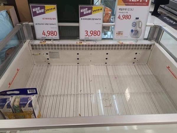 Người Hàn ồ ạt mua khẩu trang, siêu thị cháy hàng trong tâm dịch ảnh 11