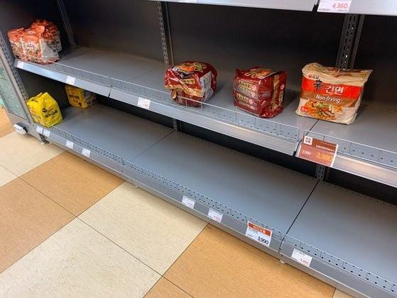 Người Hàn ồ ạt mua khẩu trang, siêu thị cháy hàng trong tâm dịch ảnh 13