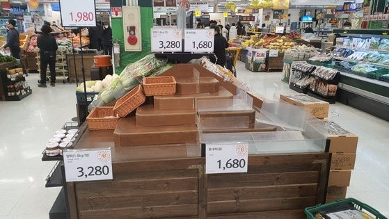 Người Hàn ồ ạt mua khẩu trang, siêu thị cháy hàng trong tâm dịch ảnh 14