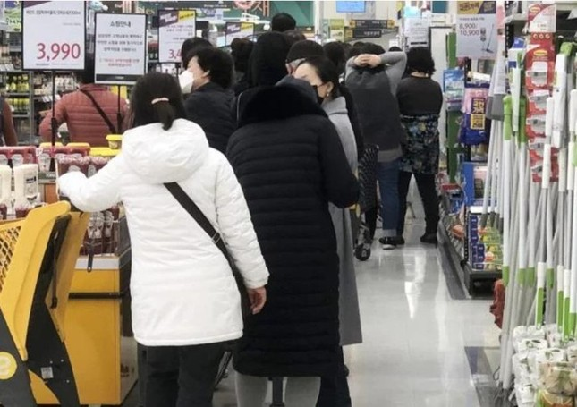 Người Hàn ồ ạt mua khẩu trang, siêu thị cháy hàng trong tâm dịch ảnh 16