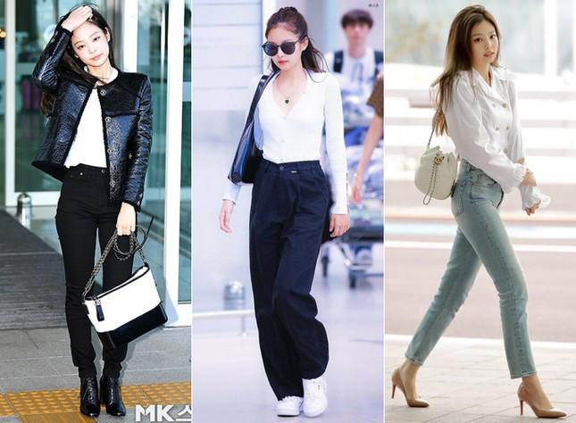 Sân bay luôn là sàn diễn thời trang của các idol, nơi họ tỏa sáng với những set đồ tôn dáng, hợp mốt, mang đậm phong cách cá nhân. Và Jennie chưa bao giờ khiến khán giả thất vọng khi luôn diện trang phục đơn giản mà tinh tế.