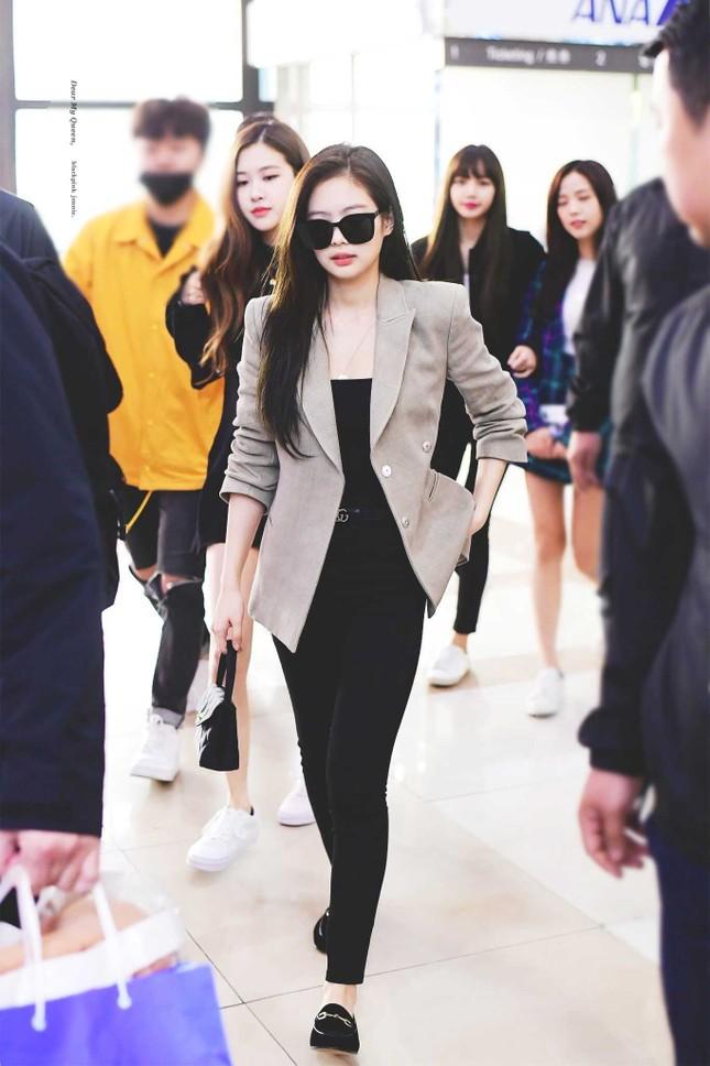 """Danh hiệu """"nữ hoàng thời trang sân bay"""" cũng được mọi người ưu ái dành tặng Jennie vì thần thái sang chảnh đi cùng trang phục hàng hiệu đắt tiền khiến cô nàng luôn tỏa sáng giữa đám đông."""