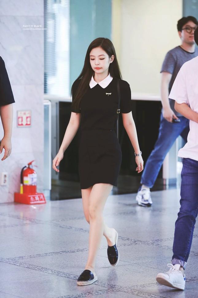 Nhưng thời gian gần đây, phong cách thời trang của Jennie lại tụt dốc đến đáng ngạc nhiên. Cô không còn khiến người hâm mộ trầm trồ bàn tán khen ngợi như trước kia.