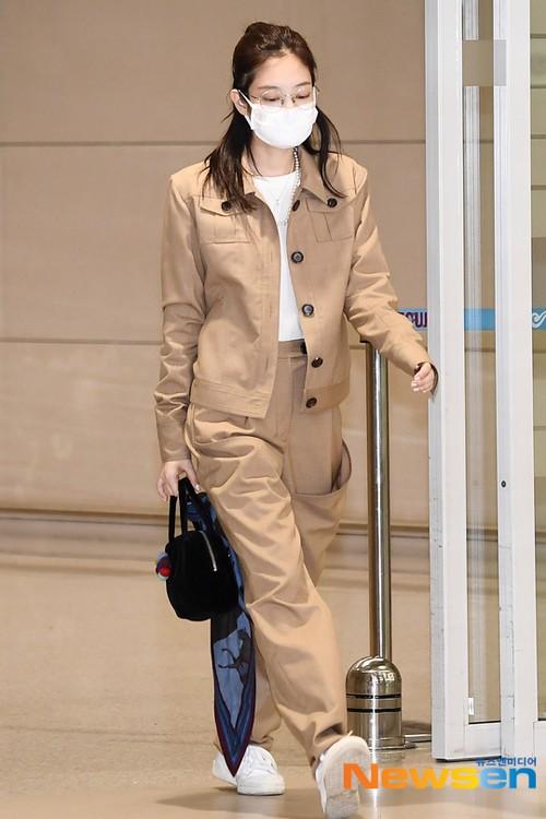 Chẳng hạn như set đồ này bị chê là dìm dáng Jennie đi đáng kể, khiến cô nàng vừa trông nấm lùn vừa không khoe được vòng eo con kiến. Chưa kể màu sắc này còn làm Jennie trở nên nhạt nhòa khi bước đi giữa sân bay.