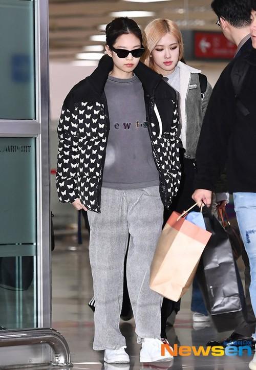 Thậm chí có lúc khán giả còn tự hỏi Jennie vội quá nên mặc đồ ở nhà ra thẳng sân bay hay sao mà lại xuề xòa thế này.