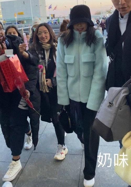 Trong khi nhiều idol vẫn chăm chút rất kỹ cho trang phục sân bay của mình thì Jennie lại mất phong độ trầm trọng. Cứ như thể Jennie giờ không còn muốn làm nữ hoàng thời trang sân bay nữa vậy.