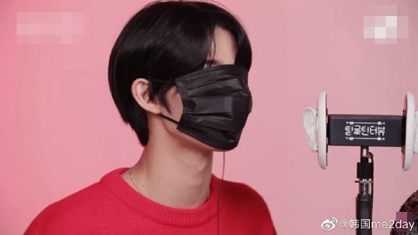Nhưng khi Bae Jin Young đeo khẩu trang thì khuôn mặt nhỏ lại trở thành bất lợi. Chiếc khẩu trang che gần kín mặt anh chàng, thậm chí che luôn cả đôi mắt cho thấy khuôn mặt Jin Young rất nhỏ so với người trưởng thành.