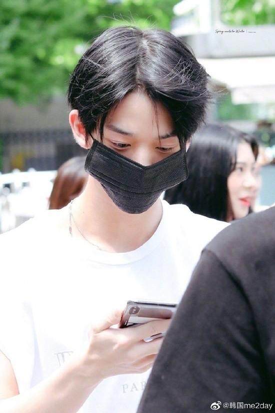 Khẩu trang vừa dài vừa rộng đã khiến mặt Bae Jin Young lọt thỏm, luôn phải chỉnh sửa kẻo khẩu trang sẽ tut xuống.