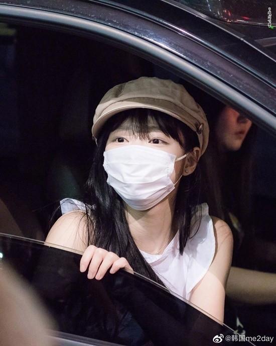 Nhưng khi đeo khẩu trang thì khuôn mặt nhỏ của Yooa lại trở nên bất lợi vì khẩu trang quá rộng, không ôm khít khuôn mặt và coi như cũng chẳng có tác dụng bảo vệ mũi miệng Yooa trước bụi bẩn vi khuẩn.