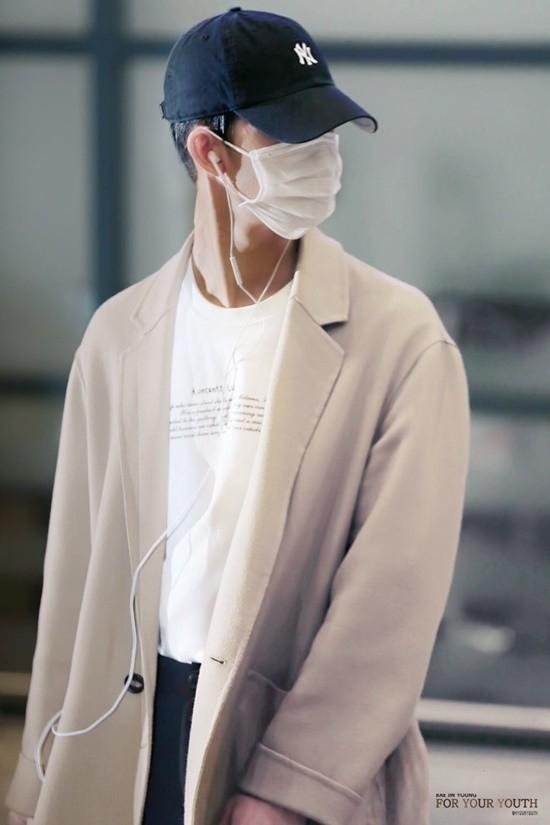 Bae Jin Young chỉ cần đội thêm mũ lưỡi trai là đã thành màn ngụy trang hoàn hảo khi chẳng ai có thể nhận ra anh chàng.