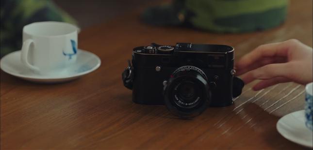Choáng với giá trị chiếc máy ảnh nho nhỏ mà Ri Jung Hyuk cầm trong Hạ Cánh Nơi Anh ảnh 1