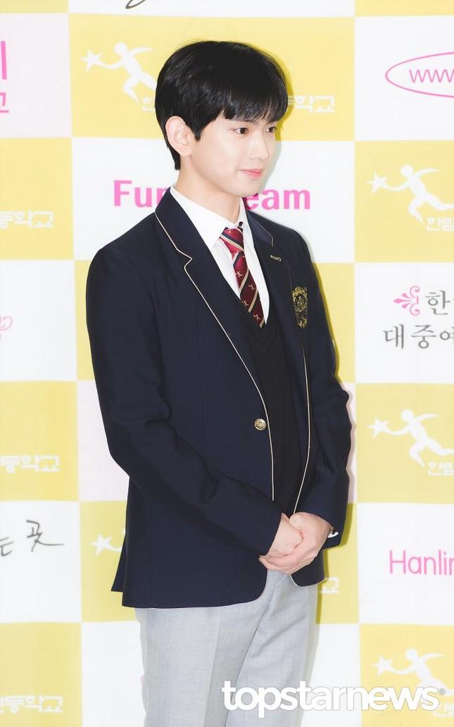 Ngắm các idol K-Pop khoe dáng trong ngày cuối cùng mặc đồng phục học sinh  ảnh 2