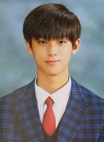 Ngắm các idol K-Pop khoe dáng trong ngày cuối cùng mặc đồng phục học sinh  ảnh 12