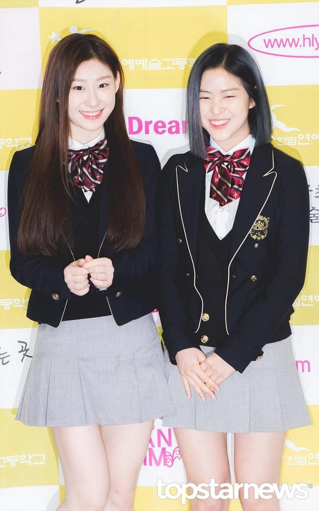 Ngắm các idol K-Pop khoe dáng trong ngày cuối cùng mặc đồng phục học sinh  ảnh 1