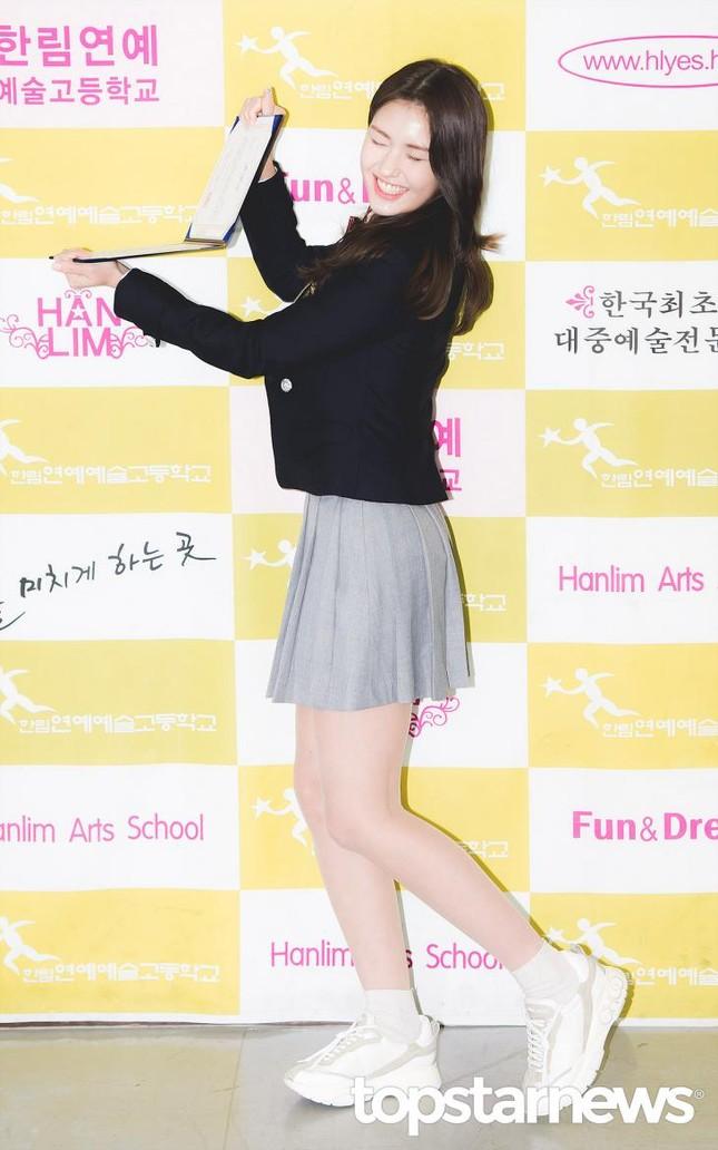 Ngắm các idol K-Pop khoe dáng trong ngày cuối cùng mặc đồng phục học sinh  ảnh 3