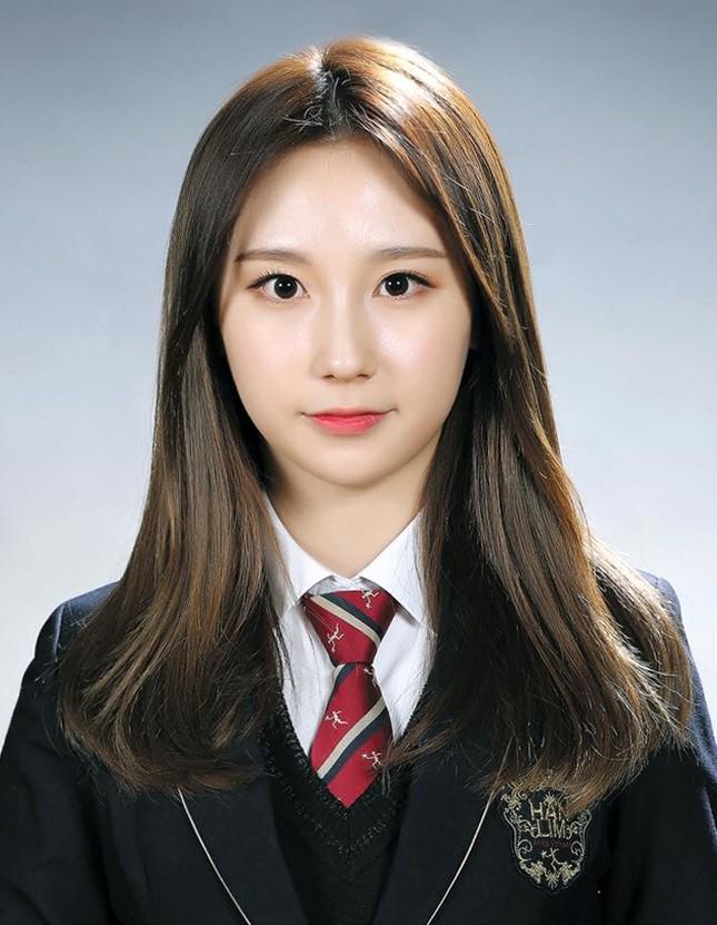 Ngắm các idol K-Pop khoe dáng trong ngày cuối cùng mặc đồng phục học sinh  ảnh 4
