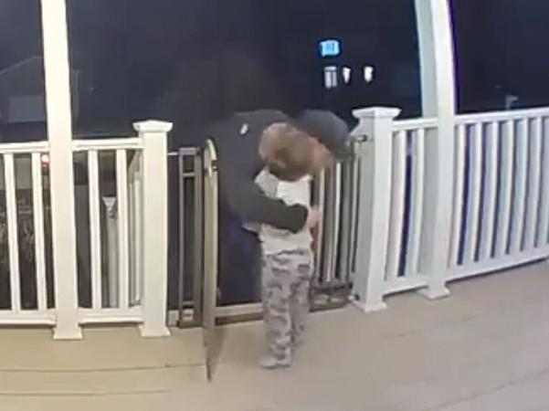 Khoảnh khắc cậu bé Cohen bất ngờ chạy ào tới ôm lấy bác giao pizza.