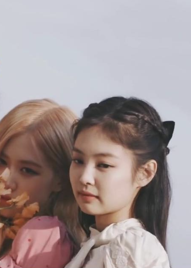 Jennie tất nhiên cũng không đứng ngoài xu hướng đang rất hot này. Cũng trong bộ ảnh mới của Black Pink thì Jennie đeo nơ to bản màu đen, giúp cho cô nàng vừa kín đáo vừa ngọt ngào.