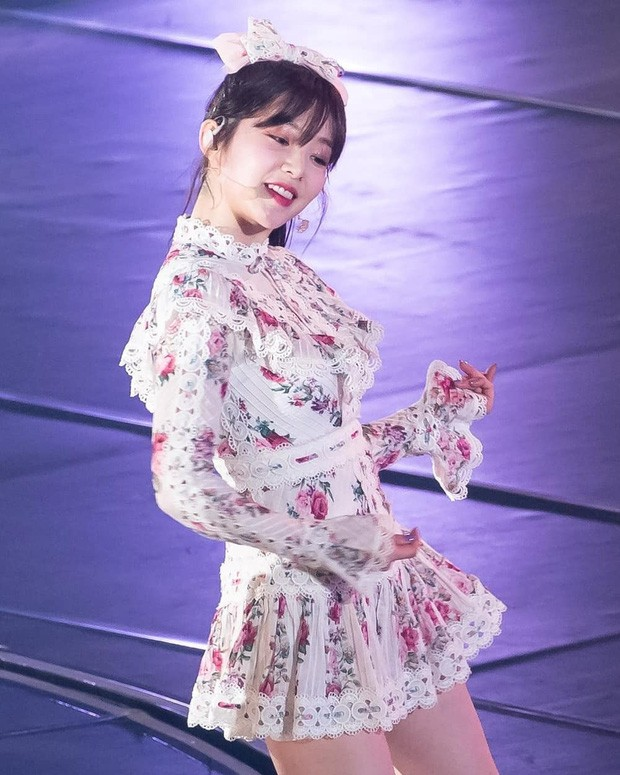 Một lần khác, Irene cũng ghi điểm mạnh với set đồ từ váy đến bờm nơ đều in hoa nhí siêu dịu dàng nữ tính mà vẫn nổi bần bật trên sân khấu, cực hợp với hình ảnh của cô nàng.