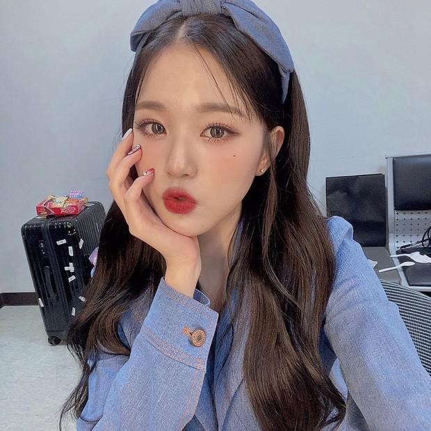 Jang Wonyoung (IZ*ONE) chắc hẳn cũng có hẳn bộ bờm nơ nhiều màu để có thể chọn ra bờm tiệp màu với trang phục đến thế.
