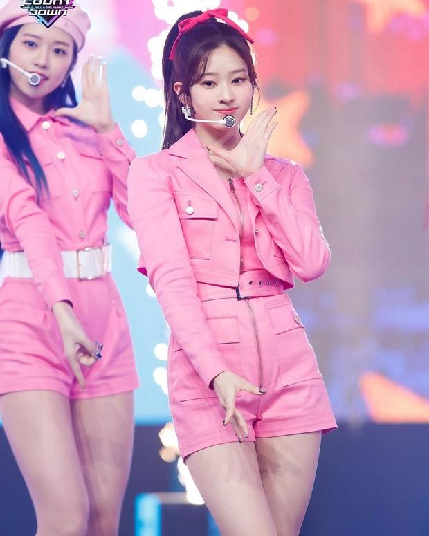 Minju (IZ*ONE) ngọt ngào như một viên kẹo với set đồ màu hồng đi kèm với dây nơ xinh xắn hồng đậm.