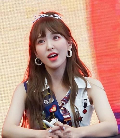 Wendy (Red Velvet) cũng chỉ chọn một chiếc cặp nơ nhỏ nhắn này để trang điểm cho mái tóc thôi.