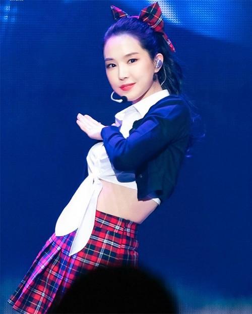 """Ai mà ngỡ """"nữ hoàng legging"""" Naeun (Apink) cũng có lúc trở thành cô gái dịu dàng đến thế với chiếc nơ to."""
