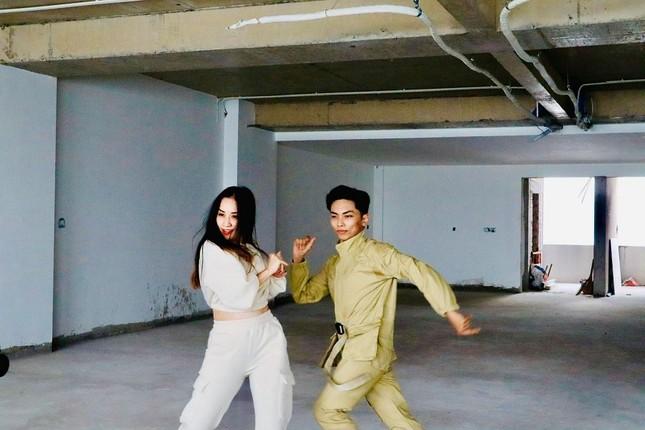 Khánh Thi - Phan Hiển khiến ARMY phấn khích với video tập nhảy bài ON của BTS ảnh 1