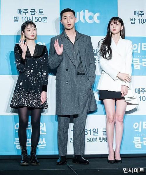 """Mỹ nhân phim """"Itaewon Class"""" gây sốt vì đôi chân cực phẩm khi mặc jeans ảnh 1"""