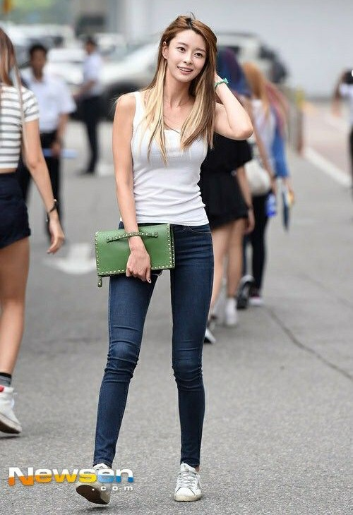 """Mỹ nhân phim """"Itaewon Class"""" gây sốt vì đôi chân cực phẩm khi mặc jeans ảnh 10"""