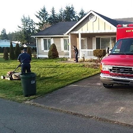 Các nhân viên cứu hộ quay lại nhà ông và dọn cỏ trong vườn.