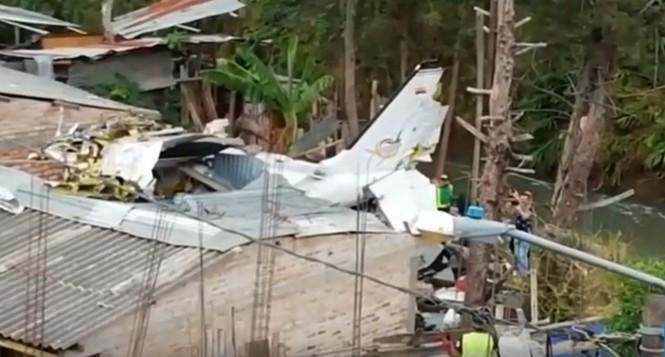Máy bay đâm xuống nhà dân, 7 người thiệt mạng - ảnh 1