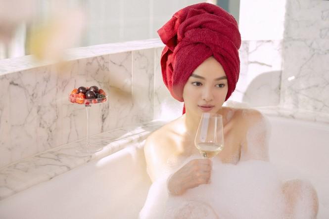 Kaity Nguyễn gợi cảm trong cảnh phim mới; Lâm Vỹ Dạ vui vẻ, lạc quan giữa cơn bão anti-fan - ảnh 12
