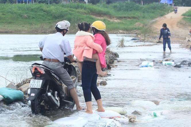 Lội nước chúc Tết giữa lòng thành phố Quảng Ngãi - ảnh 10