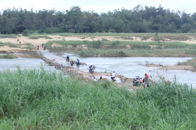 Lội nước chúc Tết giữa lòng thành phố Quảng Ngãi - ảnh 1