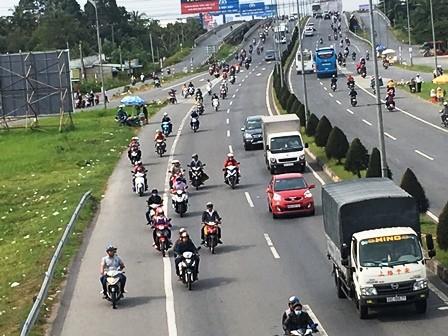 Người lao động đổ về Sài Gòn sau kỳ nghỉ Tết - ảnh 1