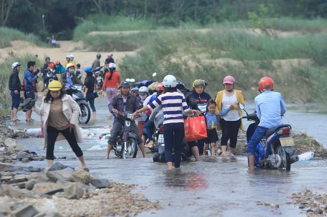 Lội nước chúc Tết giữa lòng thành phố Quảng Ngãi - ảnh 3